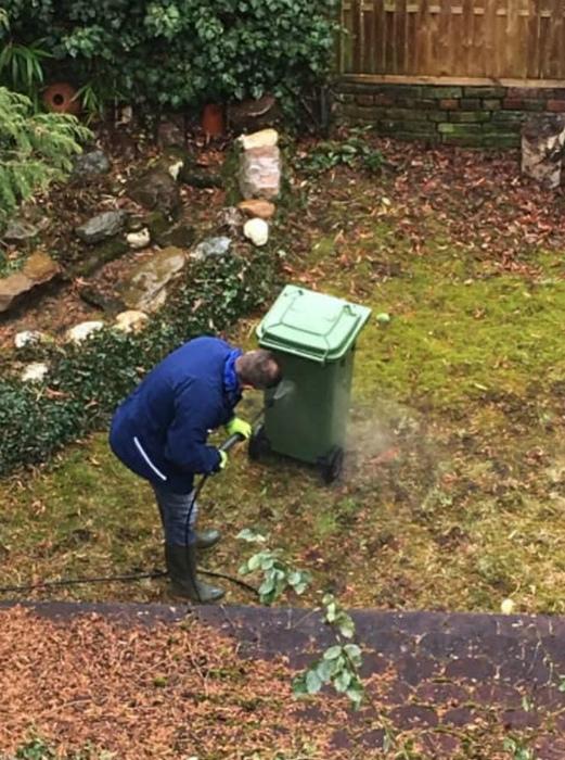 Мытье мусорного бака - обычное занятие.