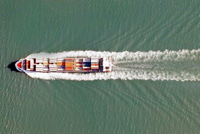 Грузовое судно на реке Лаган.