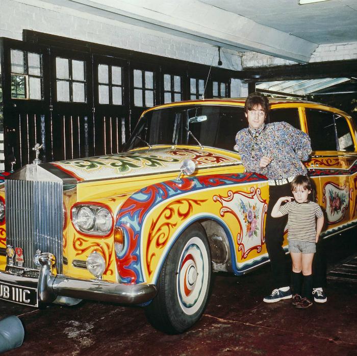 Участник группы The Beatles с сыном Джулианом позируют возле со своего Rolls-Royce Phantom V, 1968 год.