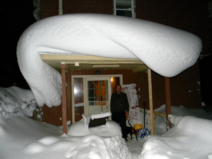 Снежная волна на крыше.