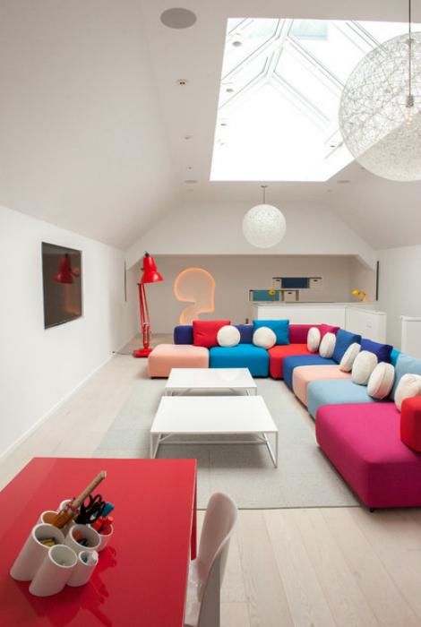 Игровая комната с яркой мебелью.
