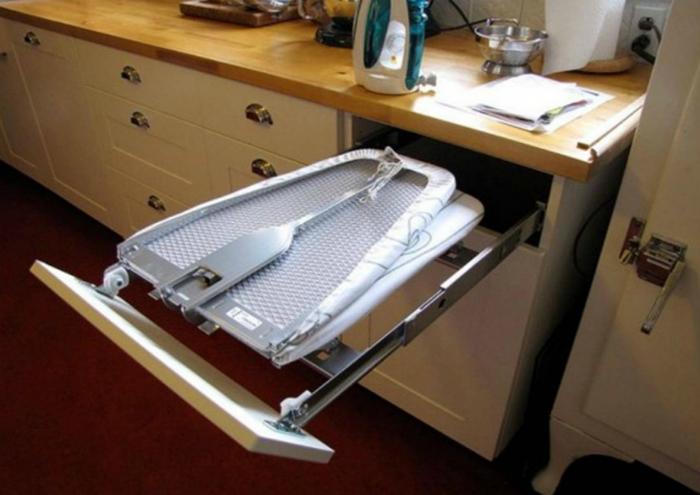 Гладильная доска, встроенная в шкаф, которая существенно сэкономить место в помещении.