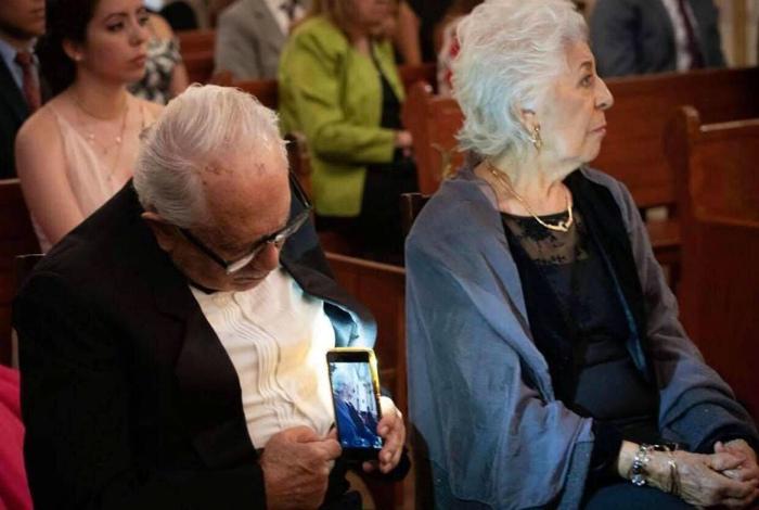 Сфотографировали, как старичок фотографирует свою жену. | Фото: Zefirka.