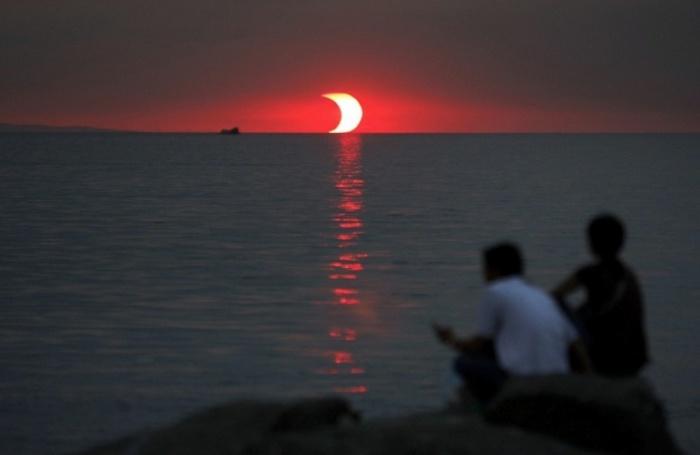 Солнечное затмение, которое происходит в последние минуты заката.