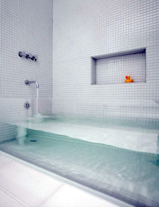 Ванна из прозрачного стекла.
