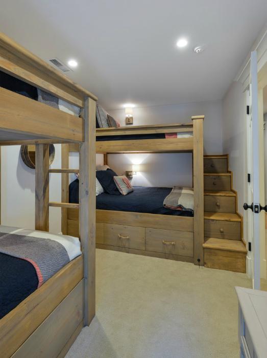 Двухэтажные кровати в стиле кантри.