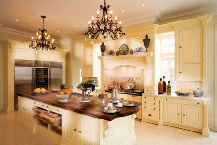 Строгая, аристократичная и функциональная кухня с множеством выдвижных ящиков и большим обеденным столом-островком.