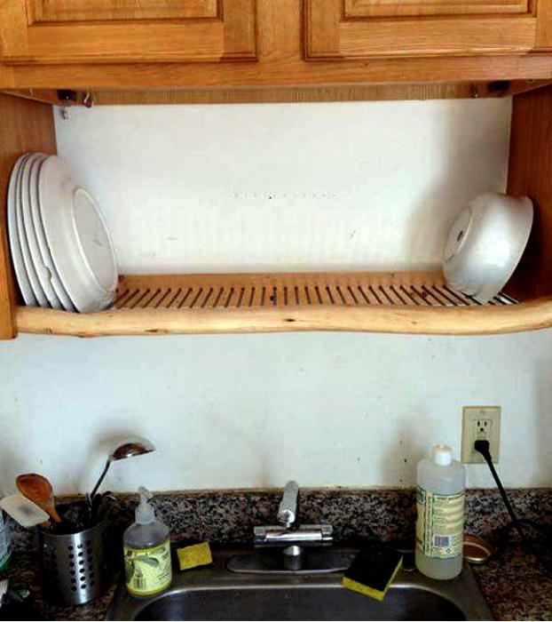 Перфорированная полка для посуды. | Фото: Pinterest.