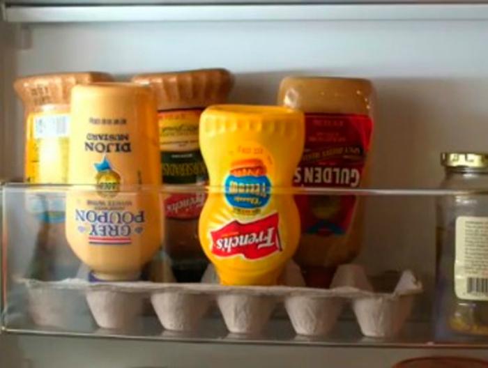 Бутылочки с кетчупами и соусами лучше хранить в перевернутом виде в коробке из-под яиц.