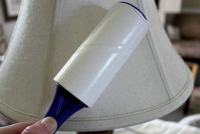 Липкий ролик для чистки одежды поможет избавиться от пыли на полках, лампах, занавесках и покрывалах.