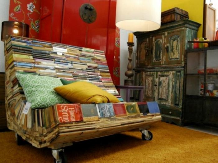 Удобное кресло из старых книг - идеальное решение для библиотеки.