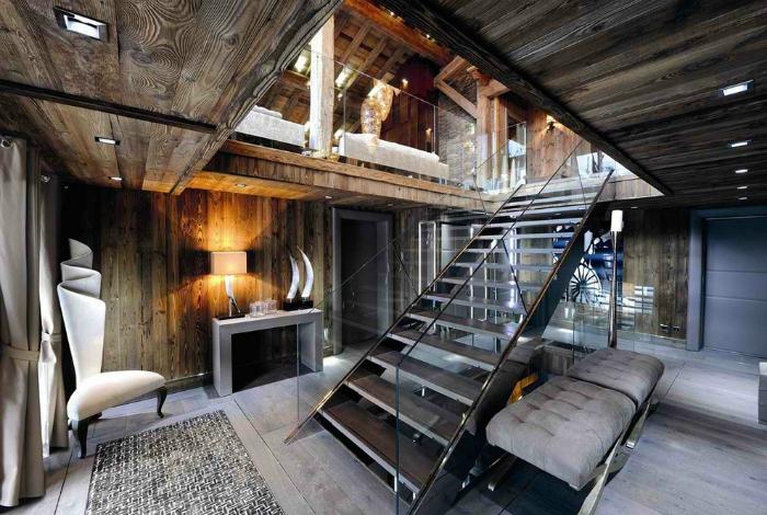 Двухярусная комната в серых тонах с отделкой из натурального дерева.