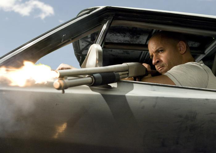 Выстрел может сбить человека с ног. | Фото: Wallpaper Flare.