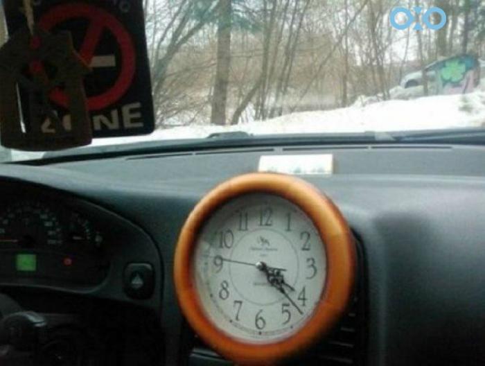 Часы в машине.
