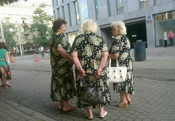 Одинаковые платья.