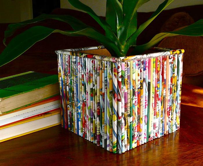 Цветочный горшок, декорированный бумажными полосками.
