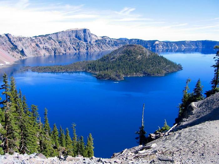 Глубочайшее кратерное озеро в США, которое привлекает туристов своим пронзительно синим цветом воды.