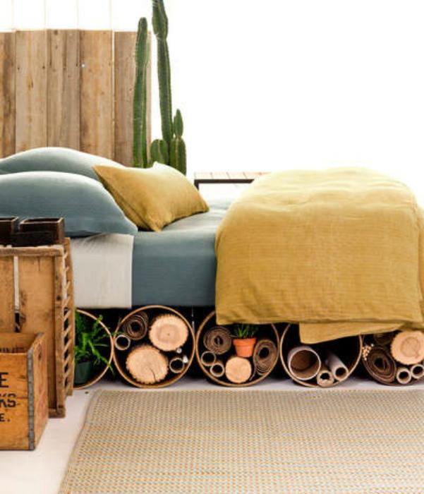 Рулоны из фанеры под кроватью.