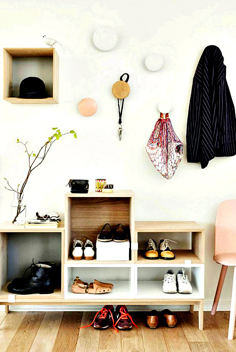Оригинальные вешалки и шкафчик для обуви. | Фото: CHILD mags.