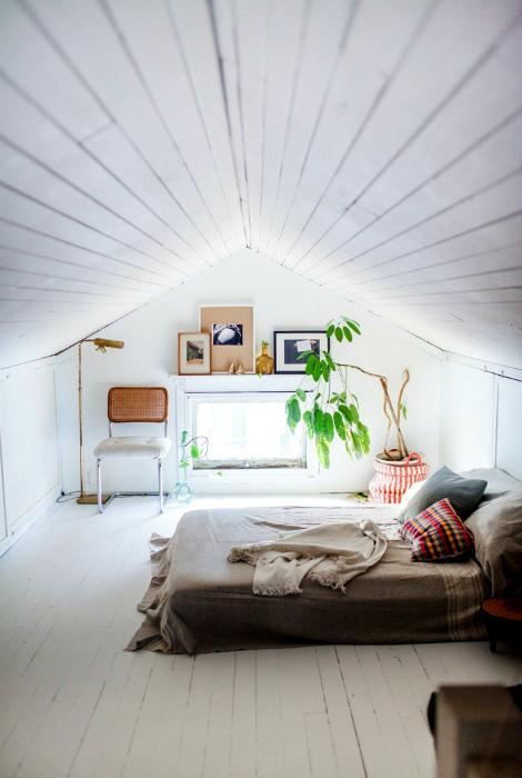 Минималистичная спальня на чердаке.