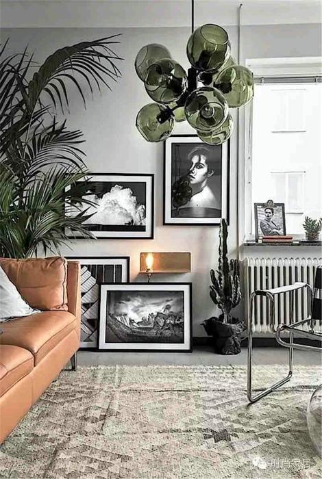 Спокойная гостиная с черно-белыми картинами.