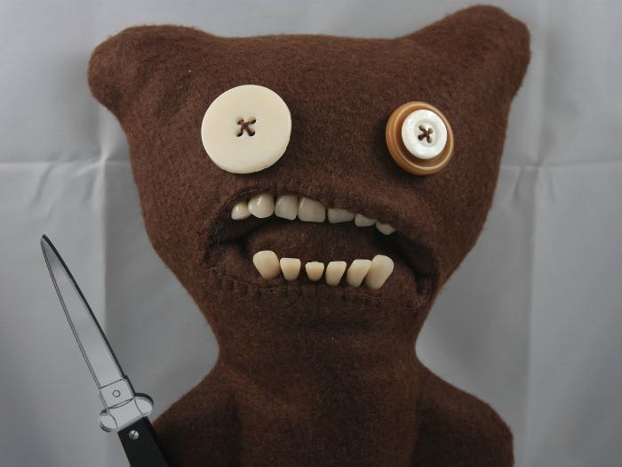 Мягкая игрушка-монстр с человеческими зубами.