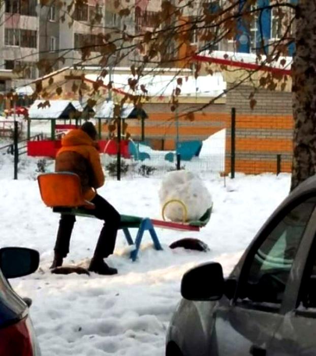 Я и мой снежный ком катаемся на качели. | Фото: Триникси.