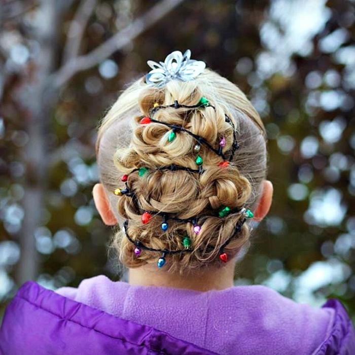 Елочка из волос, украшенная гирляндой.