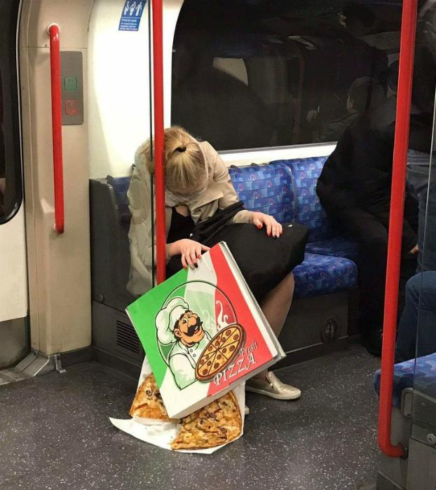 «Как думаете, пол в метро сильно грязный?» | Фото: TopDesat.