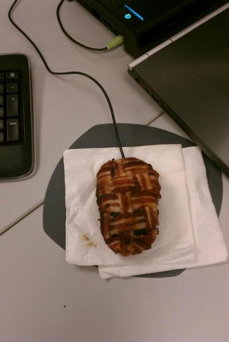 Мышка, украшенная беконом для сотрудника, который дольше всех обедает.