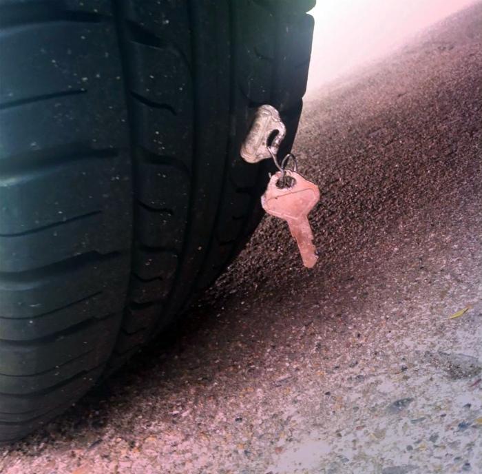 Потерял колесо, но нашел ключи. | Фото: Recreoviral.