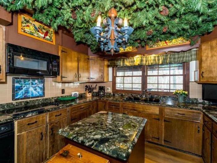 То ли кухня, то ли лесной бор. | Фото: Yates Realty.