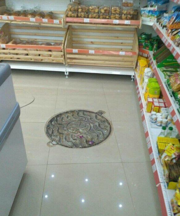 Канализационный люк в торговом зале.