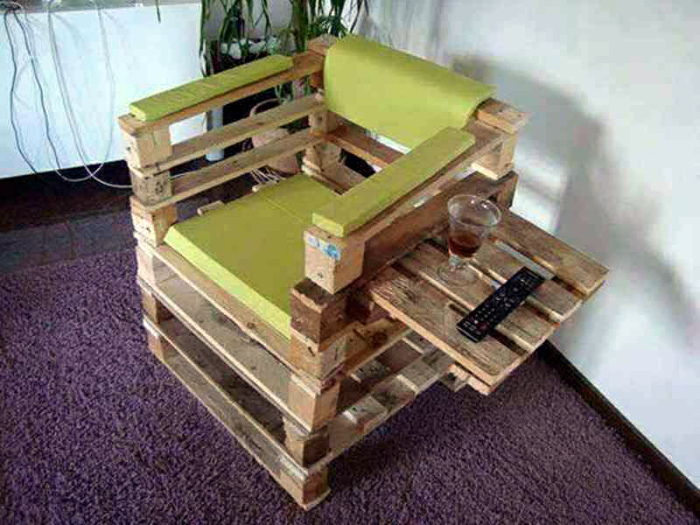 Кресло с функциональным подлокотником. | Фото: APKPure.com.