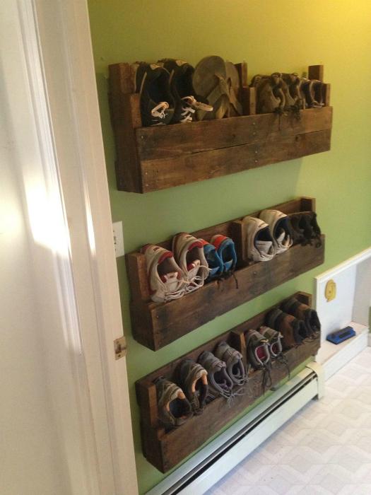 Простые полки для обуви.