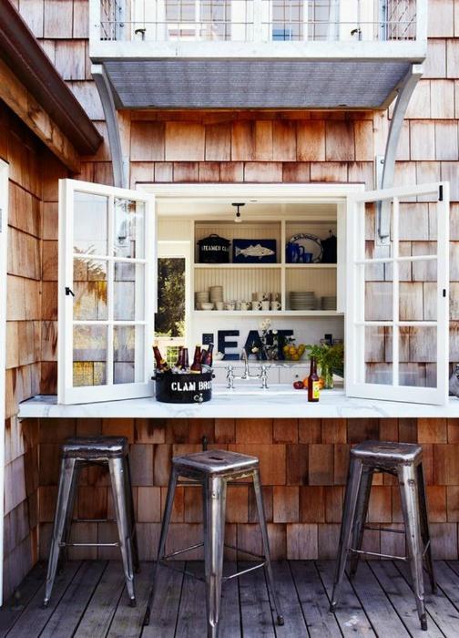 Летняя кухня с барной стойкой.