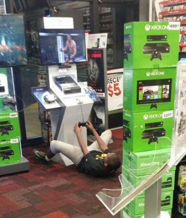 Видимо, этот парень, так много времени провел у игрового автомата, что уже не стоит на ногах.