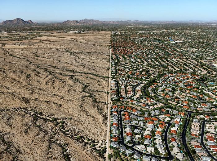 Контраст между городом и резервацией племени.