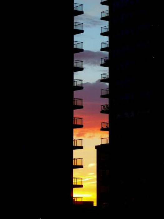 Закат между двумя домами.