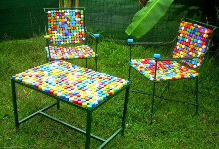 Довольно прочная садовая мебель из нанизанных на толстую леску разноцветных крышек.