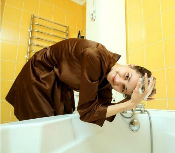 Картинки по запросу Мытье головы над ванной