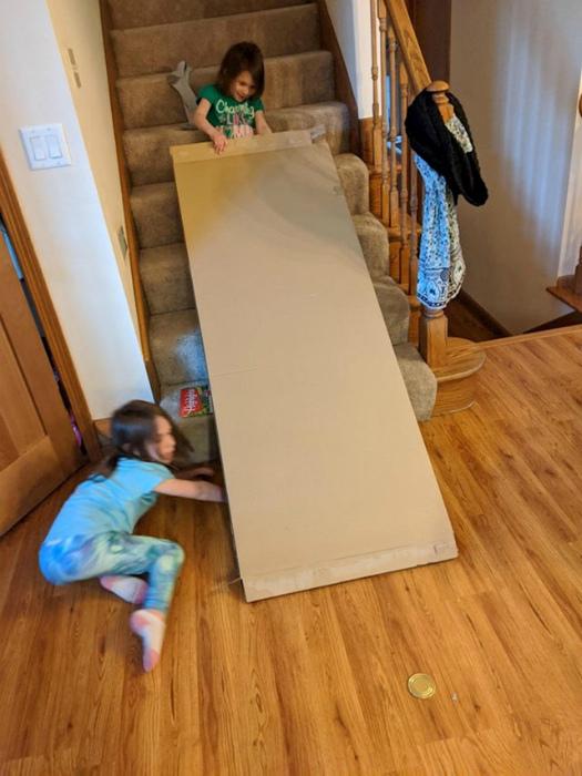 Строят горку из картона. | Фото: Index.hr.