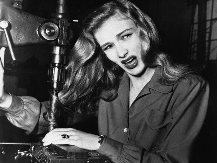 1943 год. Актриса демонстрирует, как опасно женщинам, работающим на заводе, ходить с распущенными волосами.