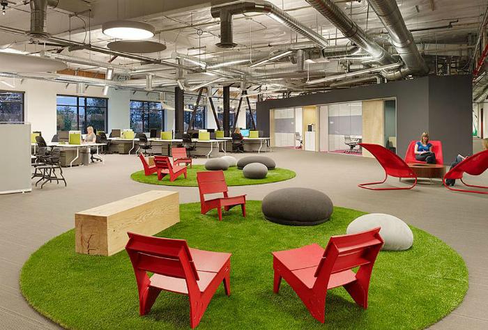 Креативное рабочее пространство с зелеными коврами.