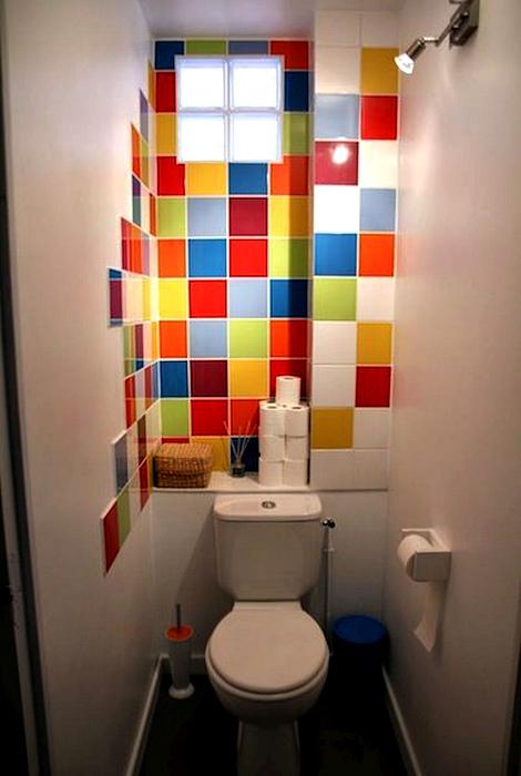 Яркая мозаика, украшающая часть стены. | Фото: Pinterest.