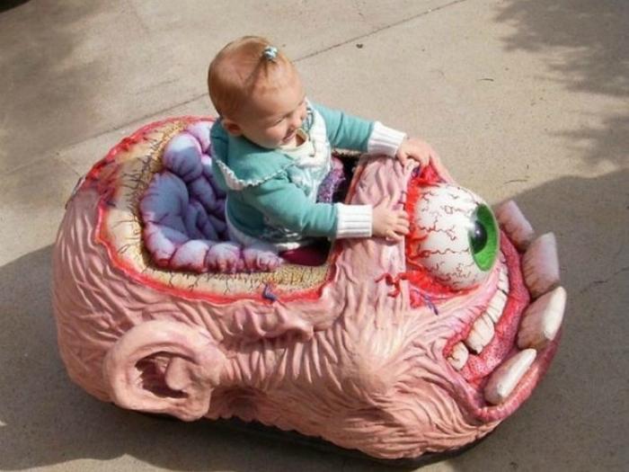 Прекрасная машинка для ребенка, которая долго будет видеться ему в кошмарах.
