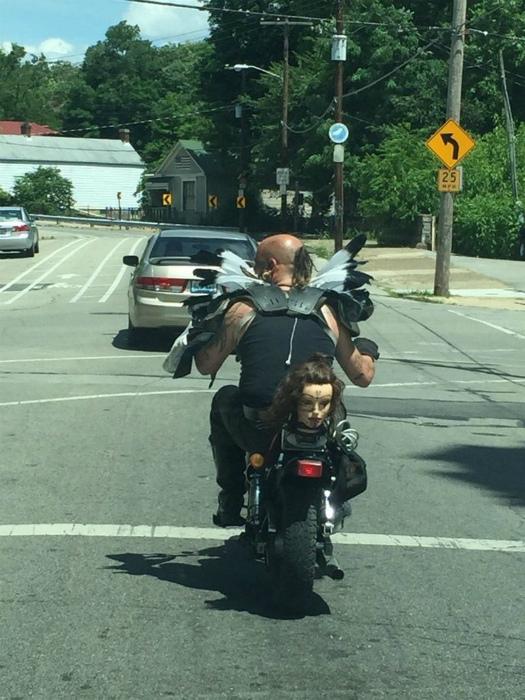 Мотоциклист и всадница без головы.