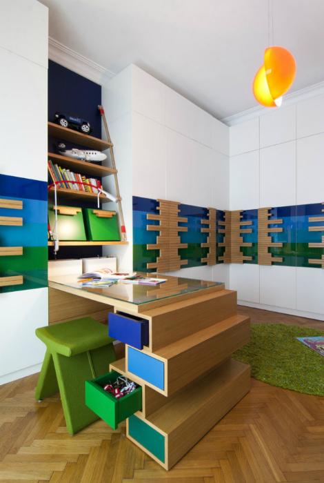 Яркий дизайн рабочего места школьника.
