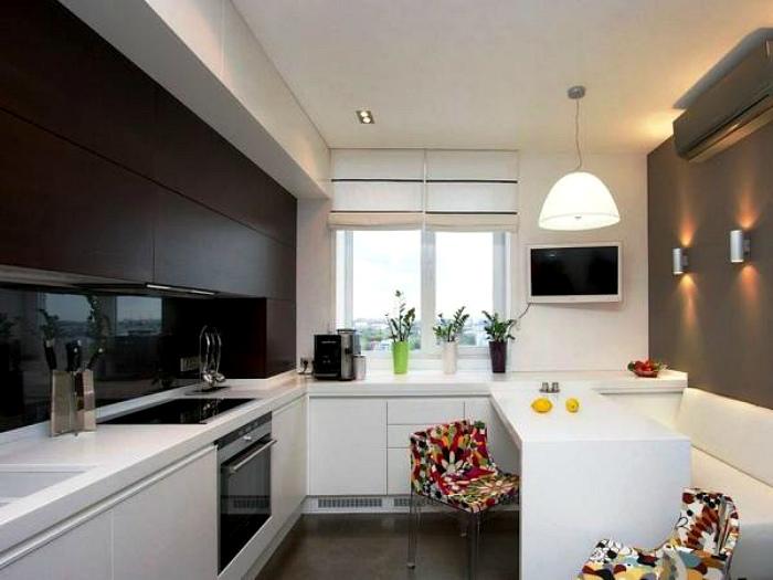 Белая кухня с контрастными акцентами.