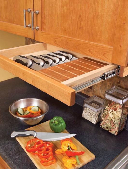 Встроенный ящик для ножей.